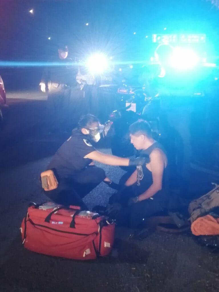 Solidarios ciudadanos ayudan a motociclista accidentado