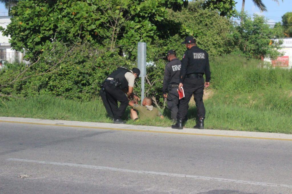 Agentes policíacos ayudan a hombre con discapacidad mental