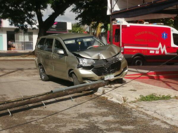 Con fuerte impacto una mujer derribó un poste de telefonía en la calle 13 con 52 de Pensiones cuando conducía su camioneta.  Según lo qué se pudo averiguar la dama transitaba sobre la calle 52 pero al llegar a la calle 13 dobló a la derecha sin precaución, subió la acera y chocó contra la estructura de madera.  La mujer bajó de su vehículo y aunque no tuvo  heridas graves, presentó una crisis nerviosa, pero paramédicos de la SSP la tranquilizarlo y verificaron que su salud estaba estable.  Serán su aseguradora quien de encargue de pagar los daños.